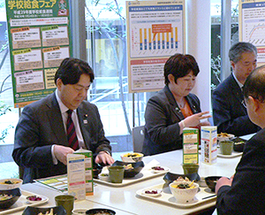 職員食堂で林芳正文部科学大臣(左)と会食
