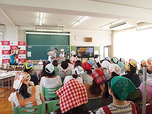 都内小学校で保護者を対象に開催された「だし」の取り方講習会。学校ではさまざまな食育が行われている