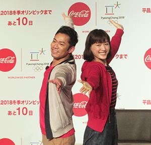 即興で息のあったスケーティングを披露する高橋大輔(左)と綾瀬はるか