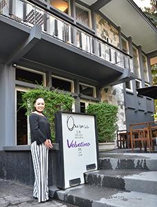 家飲みのようなバー「ヴェルベッティーモ」のオーナー川島唱余さん=タイ・バンコクで小堀晋一が1月29日写す