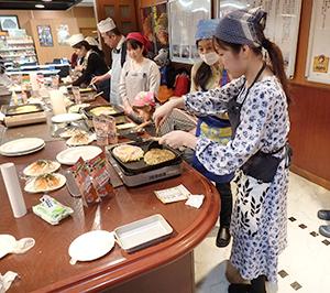 参加者がお好み焼きを調理
