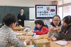 豆に直接触れて学ぶ(甲東小学校でのフジッコ授業)