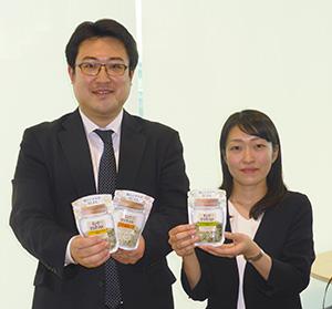 新商品を手にする林孝昌 氏(左)と山本彩乃氏