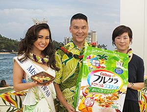 右から藤原かおり本部長、エリック高畑ハワイ州観光局長、ミスハワイのキャサリン・テルヤさん