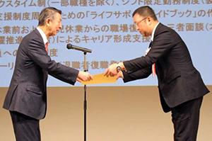 篠田昭新潟市長(左)から表彰状を授与
