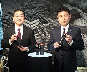 新商品を手にする西村隆沢の鶴代表取締役社長(右)と新村誠ヤンマーアグリ事業本部副本部長