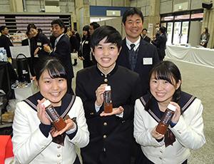 明るくPRする岡山南高校の開発担当者たち