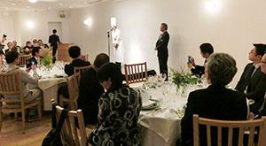 男性客もここぞとばかりにスマホで樋口宏江総料理長を撮影