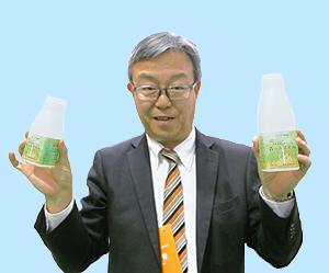 自信作の「森のホエイ水」を手にする高田和明社長