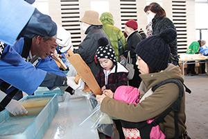 「生天」でつくるところてんの無料サービスなどに大勢が訪れた「寒天の日」イベント