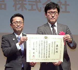 伊藤忠食品の星利夫経営戦略部部長(右)と丹羽秀樹文部科学副大臣