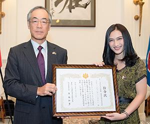 友好親善大使任命式にて須永和男ASEAN大使(左)とJKT48メロディ