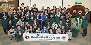 鈴鹿工場で親子の絵付け体験と工場見学開催