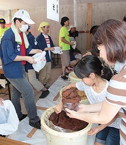 竹屋の夏祭りイベントでは毎年「味噌詰め放題」が大盛況