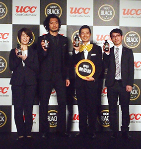 左から石谷桂子UCC上島珈琲常務、青木崇高、アキラ100%ら