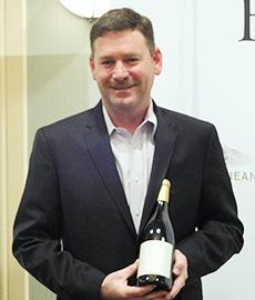 新商品を手に持つ、最高醸造責任者のマーク・ベリンジャー氏