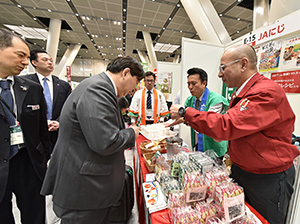 林芳正文部科学大臣がブースを訪れ、柿加工品に関心を寄せた