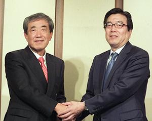 松本晃会長(左)と伊藤秀二社長