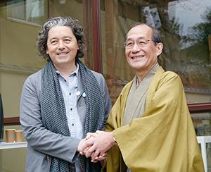 ブライアン・ミーハンCEO(左)と門川大作京都市長