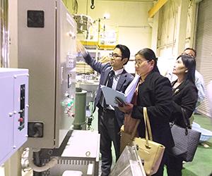 熱心に視察するカイン・カイン・ザン副部長(右)とニャン・エイチーフエンジニア(中)。西村機械製作所西村元樹社長が説明