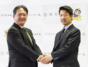 藤原康宏大阪支店長(左)と伏見隆枚方市長