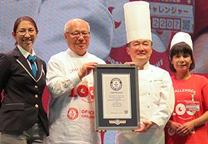 ギネス世界記録の認定証を手にする宮原道夫社長(中央左)と横田秀夫シェフ(同右)