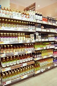 食酢売場には多様な食酢が並ぶ