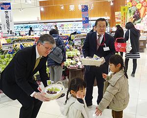 積極的にアピールする鈴木芳知社長(右)とデイビッド・ローソン総領事