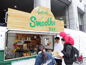試飲体験イベントで「野菜生活100 Smoothieシリーズ」をアピール
