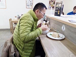 ウラジオストクに昨年11月に常設店としてオープンした「麺や琥張玖」の店内。ラーメンを食べている人物は池田幸介領事本人