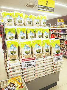 前年の豊作から一転、17年度は不作の新潟米(原信城岡店)