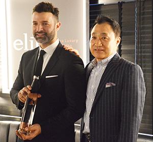内田茂社長(右)とエリートを手に持つブレント・ランベルティ氏