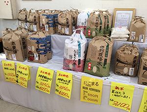生活館のコメ売場にはさまざまな「木更津米」が並ぶ