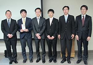 籠島正雄社長(左端)と最優秀賞に決まった総社工場加工食品グループ