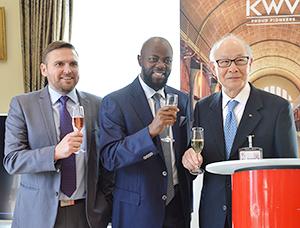 右から國分勘兵衛会長兼CEO、チュラニ・ドロモ南アフリカ共和国駐日特命全権大使、デ・ウェット・ヒューゴ輸出営業部長