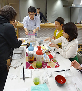 試食会で乾物が簡単に使える調理体験をする参加者