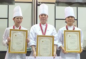 1位の笹本千明さん(中)、2位の篠田幸子さん(右)、3位の古橋茉奈さん