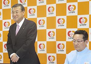 新ライン概要を説明するシマダヤ木下紀夫社長(左)とシマダヤ東北鎌田和夫社長