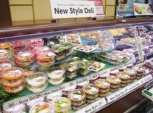 大手スーパーの惣菜売場。プラスチック製容器の製造コストが急騰している