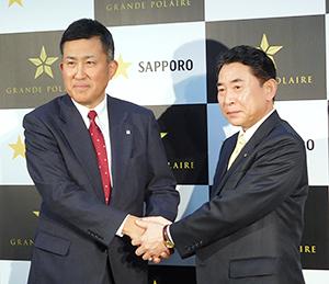 握手する高島英也社長(左)と池田達雄北斗市長