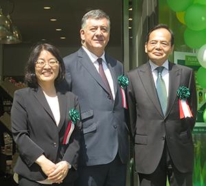 右から岡田元也イオン社長、ティエリー・ショラーキビオセボンCEO、土谷美津子ビオセボン・ジャパン社長