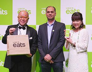 記者発表会ではタージン、堀ちえみら大阪出身のタレントも駆け付けた。中央はラージ・ベリーUber Eatsアジア太平洋地域統括部長