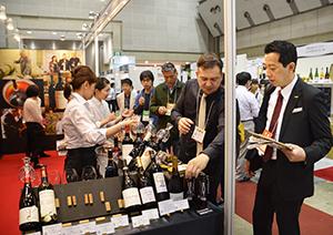 海外出展者が自国のワインの魅力をアピールした