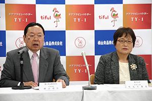 横山昭仁社長(左)と竹元万壽美奥羽大学薬学部教授