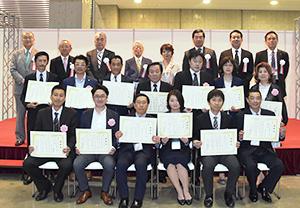 各部門の金賞受賞者が登壇した表彰式