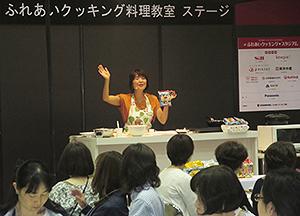 二本木ゆうこ氏による「冷し担担麺」のデモンストレーション