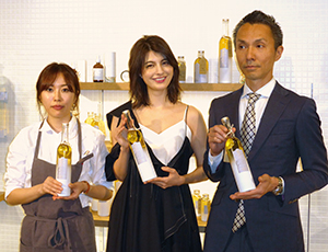 左から開発した大塚瑛理香氏、タレントのマギー、藤尾益人神明きっちん社長