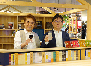 好きな酒を手に、市村正親(左)と植野広生編集長