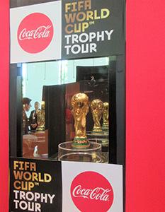 日本コカ・コーラ社内で公開された「FIFAワールドカップトロフィー」