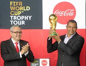 トロフィーを掲げるジウベルト・シウバ氏(右)とホルヘ・ガルドゥニョ社長